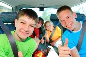 Achten Sie nicht darauf, dass sich Kinder während der Fahrt anschnallen, liegt ebenfalls ein B-Verstoß vor.