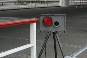 Das Messgerät ESO ES 1.0 darf nicht zu weit weg vom Fahrbahnrand aufgestellt werden.