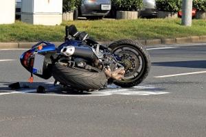 Ein Motorradunfall ohne Schutzkleidung kann böse ausgehen.