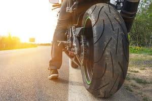 Motorradunfall ohne Schutzkleidung: Die Versicherung des Verursachers kann Ihnen ein Mitverschulden vorwerfen.