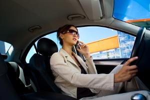 Werden Fahranfänger z. B. während der Fahrt mit dem Handy erwischt, drohen ihnen Punkte in der Probezeit.