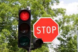 Qualifizierter Rotlichtverstoß: Mit Augenblicksversagen zu argumentieren, funktioniert nicht in jedem Fall.