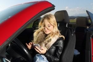 Sind Blitzer-Apps erlaubt? Nur der Beifahrer darf sie nutzen. Der Fahrer darf nicht gewarnt werden.