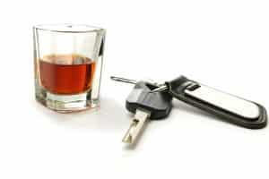 Wer bei einem Unfall betrunken ist, kann eine hohe Geldstrafe erhalten.