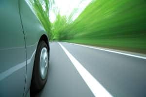 Ein Unfall durch Sekundenschlaf kündigt sich durch Probleme beim Fahren an.