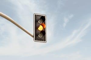 Über eine gelbe Ampel gefahren und geblitzt worden? Welche Folgen das hat, erfahren Sie in diesem Ratgeber.