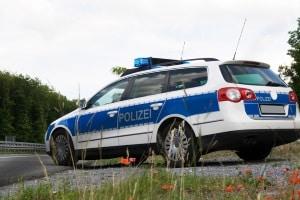 Pkw mit Messgerät für die Geschwindigkeit: Die Beamten messen aus dem Auto – dürfen sie das?