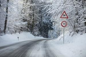 Die Geschwindigkeit auf der Landstraße muss auch den äußeren Umständen angepasst werden (z. B. der Witterung).