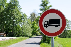 Die Höchstgeschwindigkeit für schwere Lkw auf der Landstraße beträgt 60 km/h. Ohnehin können diese nicht jede Landstraße befahren.