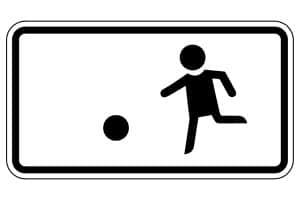 Keine Höchstgeschwindigkeit: Eine echte Spielstraße (Durchfahrtsverbot + Zusatzschild Nr. 1010-10) erlaubt den Verkehr nur zu Fuß.