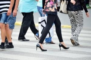 Grob gesagt handelt es sich dann um Schrittgeschwindigkeit, wenn ein Mensch zu Fuß mit dem Fahrzeug  mithalten kann.