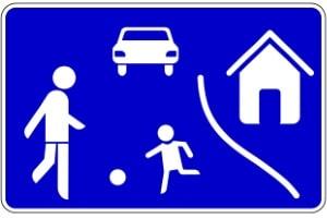 Nach diesem Schild müssen Sie Schrittgeschwindigkeit fahren (Spielstraße!).