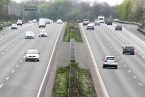 Autofahrer wollen meist kein generelles Tempolimit auf deutschen Autobahnen, obwohl die Politik dies oft diskutiert.