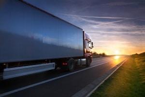 Auch auf der Autobahn herrscht ein Tempolimit, beispielsweise für Lkw über 7,5 Tonnen. Sie dürfen max. 60 km/h fahren.