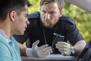 """Geldstrafe: Bei dem Verstoß """"Alkohol am Steuer"""" handelt es sich i.d.R. ab 1,1 Promille um eine Straftat."""
