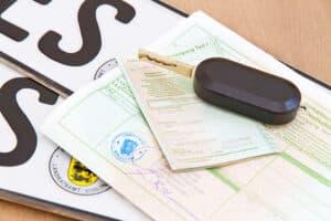 Um ein Tageskennzeichen zu beantragen, benötigen Sie u. a. den Fahrzeugschein.