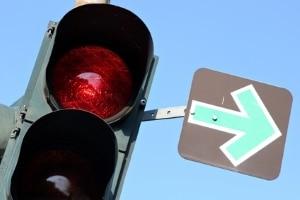 Bei einem Grünpfeil dürfen Sie trotz roter Ampel rechts abbiegen.