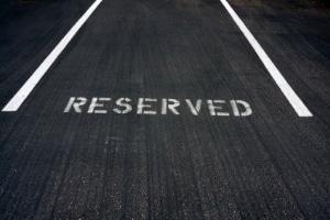 Müssen Sie mit Sanktionen rechnen, wenn Sie für eine andere Person einen Parkplatz freihalten?