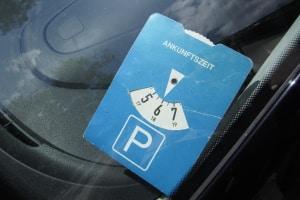 Ist die Parkdauer begrenzt, wird mithilfe der Parkscheibe die Ankunftszeit angegeben.
