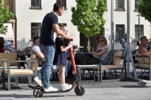 Zu zweit auf dem E-Scooter? Erlaubt ist dies in Deutschland nicht.