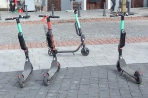 Ein E-Scooter muss laut Gesetz so geparkt werden, dass niemand behindert wird.