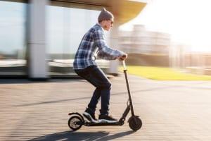 Aus Spaß wird Ernst: Den Nutzern der E-Scooter droht ein Bußgeld, wenn die Verkehrsregeln missachtet werden.