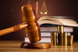 Richter können unter anderem bei Beleidigung, unterlassener Hilfeleistung und Körperverletzung eine Geldstrafe verhängen.