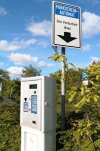 Auf Nimmerwiedersehen Parkscheinautomat! Autofahrer können vielerorts per Handy einen Parkschein online kaufen.