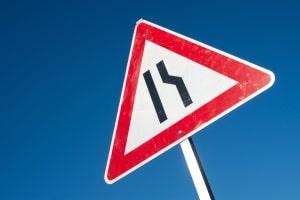 Kündigt ein Verkehrszeichen eine Fahrbahnverengung an, müssen Autofahrer unter Umständen mit einem Stau rechnen.