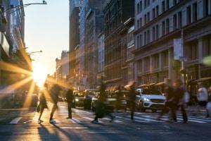 Nötigung im Straßenverkehr kann Fußgänger, Radfahrer und Autofahrer gleichermaßen betreffen.