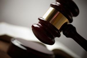 Das Strafmaß für eine fahrlässige Tötung sieht eine Geldstrafe oder eine Freiheitsstrafe von bis zu fünf Jahren vor.