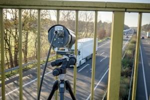 Welche Messverfahren kommen bei der Abstandskontrolle auf der Autobahn zum Einsatz?
