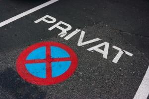 Wie lassen sich ein öffentlicher Parkplatz und ein Privatparkplatz unterscheiden?