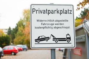 """Mit einem solchen Schild kann ein Parkplatz als """"privat"""" markiert werden."""