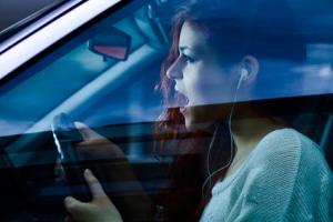Darf man mit Kopfhörern ein Auto fahren und so telefonieren?
