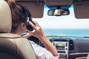 Darf man Kopfhörer beim Autofahren tragen?