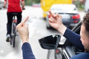 Welche Folgen hat der Mittelfinger im Straßenverkehr?