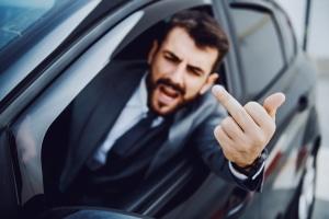 Strafe für den Mittelfinger: Zeigen Sie im Straßenverkehr den Stinkefinger, stellt dies eine Beleidigung dar.